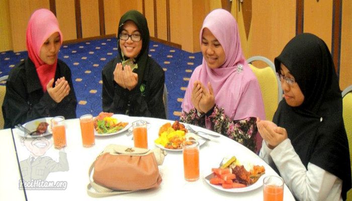 """Doa Sebelum Makan """"Allahumma Bariklana"""" Itu Bid'ah?"""