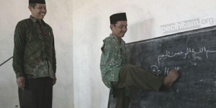 Menulis Al-Qur'an Menggunakan Kaki